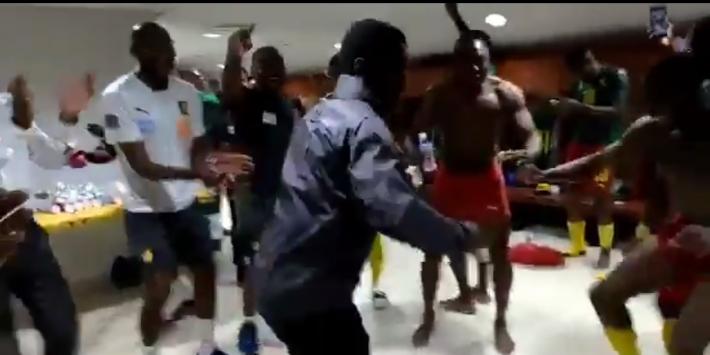 Héérlijke beelden: Seedorf steelt dansend de show bij Kameroen