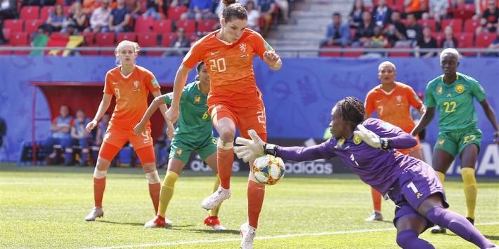Oranje bij laatste zestien na moeizame zege op Kameroen