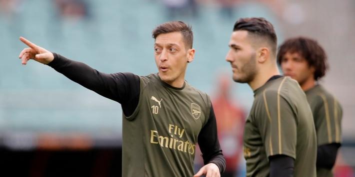 """Özil wil bij Arsenal blijven: """"Ik ben hier minstens tot 2021"""""""