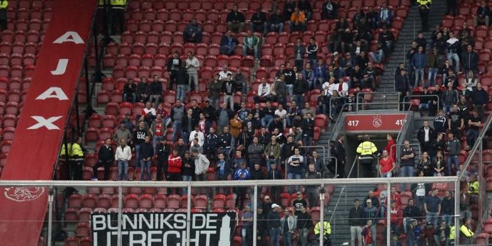 Supporters van FC Utrecht demonstreren zondag in Amsterdam