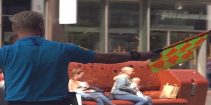 Video: Kevin Blom deelt gele en rode kaarten uit in Den Haag