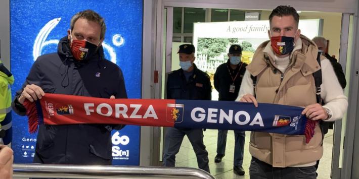 Strootman landt in Italië en poseert met Genoa-sjaal