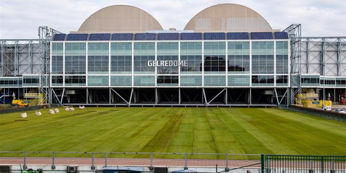 Vitesse legt nog voor halve finale nieuwe grasmat in stadion