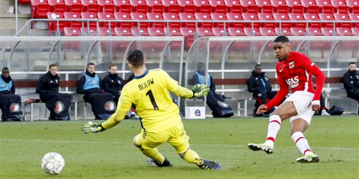 Feyenoord raakt verder achterop na doelpuntrijk duel met AZ