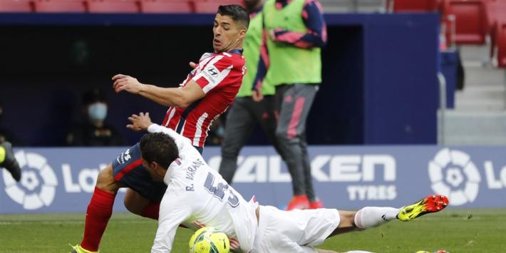 Koeman met Barça lachende derde na late remise bij derby