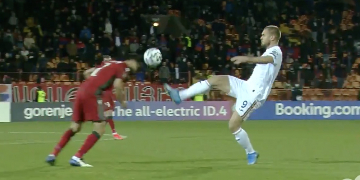 Video: Puscas krijgt rood na karatetrap à la Nigel de Jong