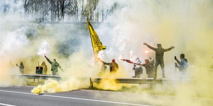 Duizenden Vitesse-fans zwaaien spelersbus uit