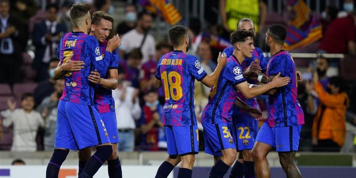 Koeman en Barcelona na matig duel nog in leven dankzij Piqué