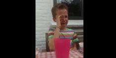 Video's: kind huilt om vertrek Dessers, die de jongen troost