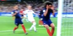 Video: Franse verdedigster maakt bizar eigen doelpunt op WK