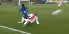 Video: Ajacied Pinas komt goed weg met geel na keiharde tackle