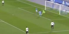 Beelden: jongste doelman ooit gruwelijk in de fout tegen Napoli