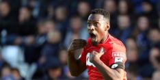 Spelers van Standard Luik voetballen op veldje, politie grijpt in