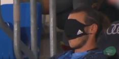 Video: bankzitter Bale gebruikt mondkapje als slaapmasker