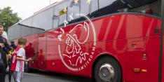 Hooligans Atalanta bekogelen spelersbus Ajax richting stadion