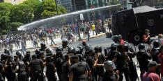 Begrafenis Maradona drie uur uitgesteld na rellen rondom kist