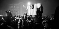 Maradona na tumultueuze dag in besloten kring begraven