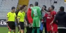 Video: rood voor Turkse speler die met telefoon voor VAR speelt