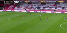 Video: streaker steelt de show bij start Granada tegen United