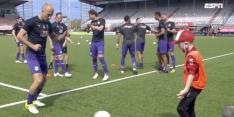 Prachtig: Robben doet warming-up met ballenjongen FC Emmen