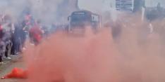 Video: FC Emmen-supporters zwaaien spelersbus massaal uit
