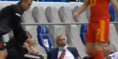 Beelden: bondscoach Albanië twee keer ongelukkig gevloerd