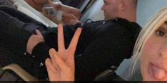 Rooney gefotografeerd met schaars geklede dames