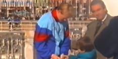 Schitterend: Piqué vraagt als jochie handtekening van Koeman