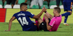 Real Madrid-middenvelder Casemiro schoffelt arbiter onderuit