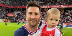 Messi-gekte: doelman neemt kind mee het veld op voor foto