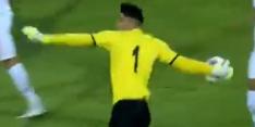 Video: Iraanse doelman verrast iedereen met bizarre uitgooi