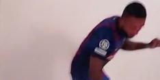 Haha: dansende Memphis presenteert derde shirt FC Barcelona