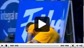 Video: Dani Alves valt tegen reclameborden langs zijlijn