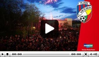Video: Viktoria Plzen viert titel op plein vol supporters