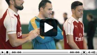 Video: Arsenal-spelers schieten ballen door bewegende autobanden