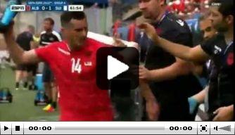 Video: Albanië-middenvelder Xhaka smijt met bidon na wissel