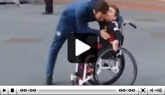 Video: Juan Mata maakt supporter in rolstoel blij