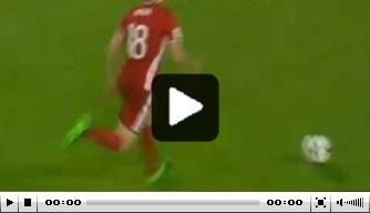 Video: Speler Liechtenstein schiet bal in de kruising