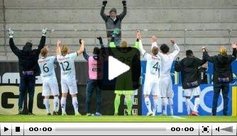 Video: spelers vieren feest met enige meegereisde fan