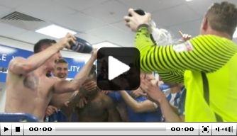 Video: Brighton & Hove Albion viert feest in kleedkamer