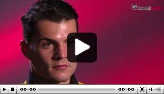 Video: Granit Xhaka in Engeland geboeid door darts