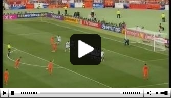 Video: Heerlijke vrije trap Van Persie tegen Ivoorkust