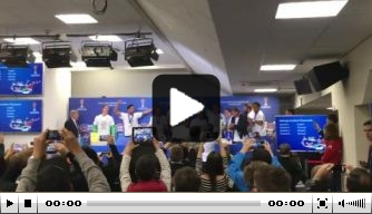 Video: Feestende Duitsers verstoren persconferentie