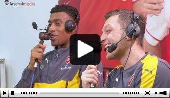 Video: Özil en Iwobi hangen de commentator uit