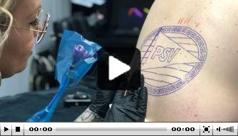 Video: verhuurde PSV'er De Wijs laat een tatoeage zetten