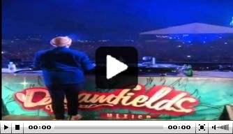 Video: duizenden mensen scanderen: Eeel Chucky Lozaaaano!
