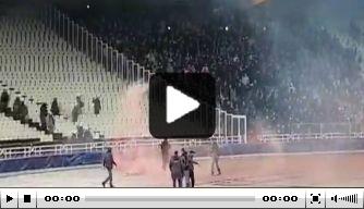 Beelden vanaf de thuistribune: rellen tussen fans AEK en Ajax