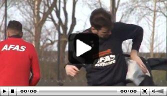 Video: Piet Velthuizen kan jasje niet aankrijgen door harde wind