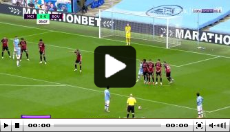 Video: City-middenvelder David Silva schiet vrije trap fraai binnen
