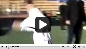 Video: krankzinnige goal in Iran, treffer valt direct uit ingooi
